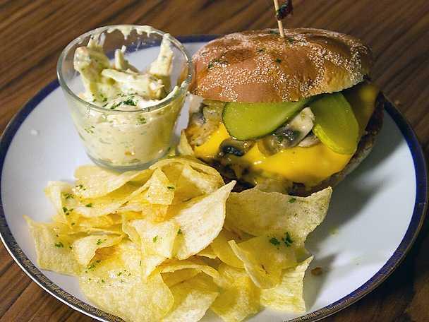 Vegetarisk bbq-burgare med coleslaw och potatischips