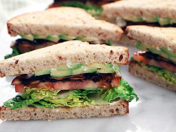 """Vegetarisk """"BLT"""" med portabellosvamp och avokado"""