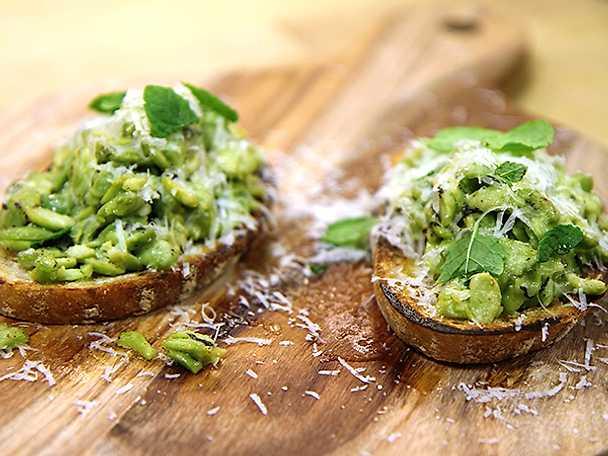 Vegetarisk förrätt med gröna ärtor och mynta