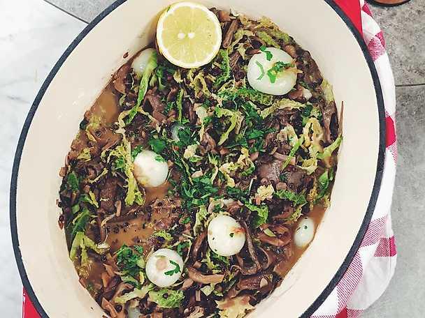 Vegetarisk gryta med savoykål, svamp, linser och vitt vin