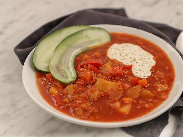 Vegetarisk gulaschsoppa med gräddfil och saltgurka