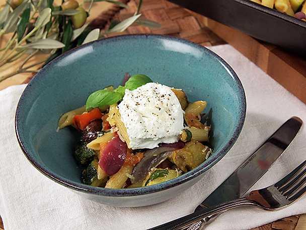 Vegetarisk pastarätt med rostade grönsaker