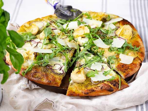 Vegetarisk pizza bianco med kronärtskockor, pesto och citron