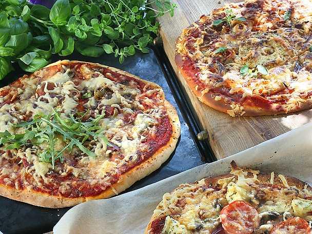Vegetarisk pizza med champinjoner och mozzarella