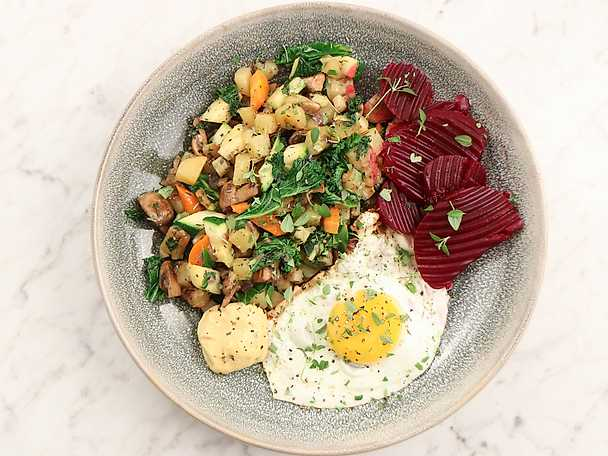 Vegetarisk pytt i panna med grönkål och svamp