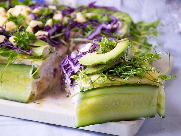 Vegetarisk smörgåstårta med cheddar, lök och chili