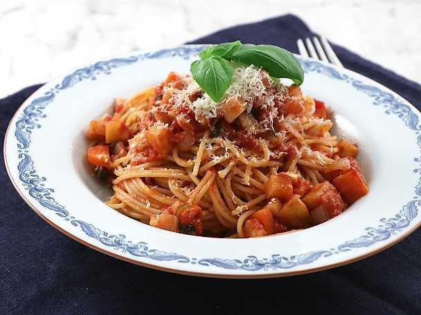 Vegetarisk spaghetti bolognese på rotselleri och morötter