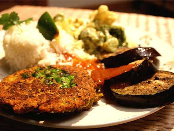 Vegetarisk tallrik med mungbönplättar, het aubergine och chutney