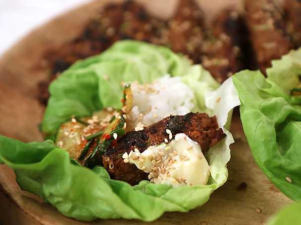 Vegetariska färsspett i salladsblad med asiatisk sås