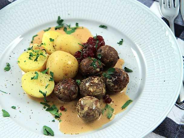 Vegobullar med gräddsås och potatis