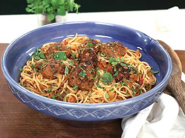 Viltfrikadeller i tomatsås med spaghetti