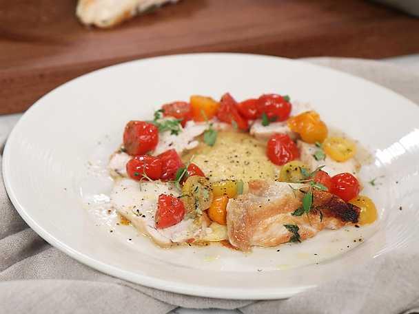 Vinbräserad kyckling med krämig polenta och rostade tomater