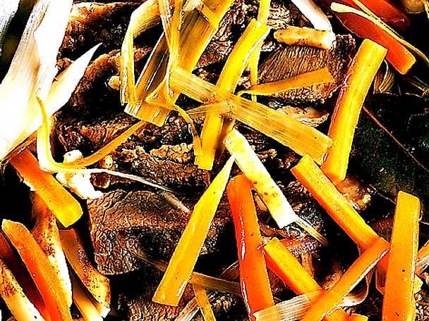 Vinkokt kalvstek med rotsaker