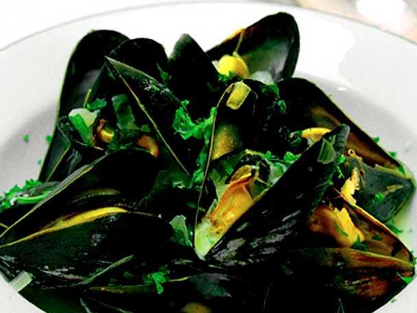 Vinkokta musslor med kryddgrönt