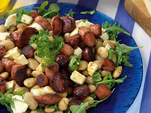Vit bönsallad med pesto, korv och mozzarella