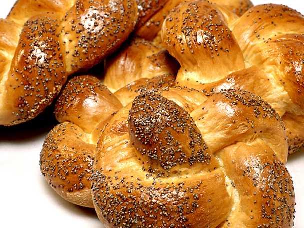 Vit brödfläta med vallmofrön