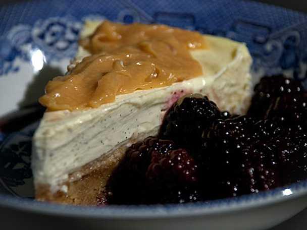 Vit chokladcheesecake med kola och marinerade björnbär