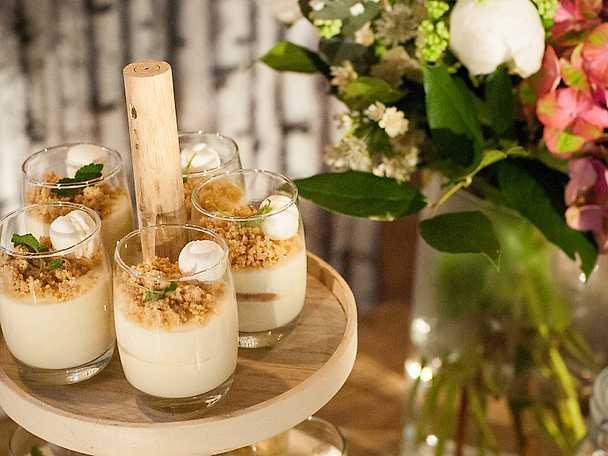 Vit chokladpannacotta med citron- och flädermousse samt kokosdaquoise