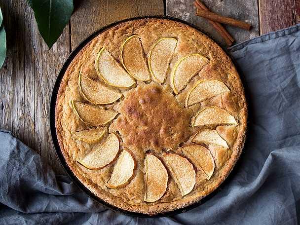 Vit kladdkaka med äpple, kanel och kardemumma