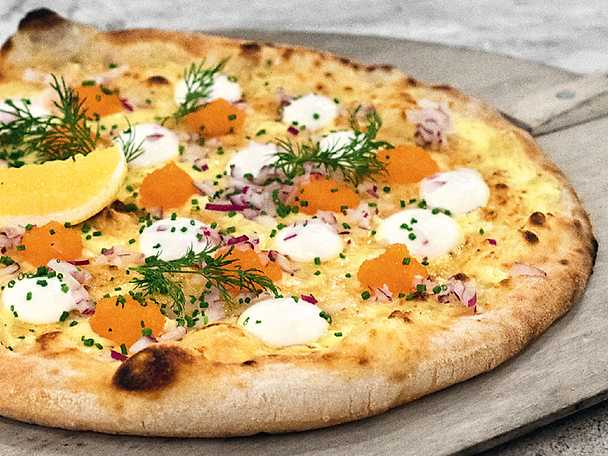 Vit pizza med löjrom