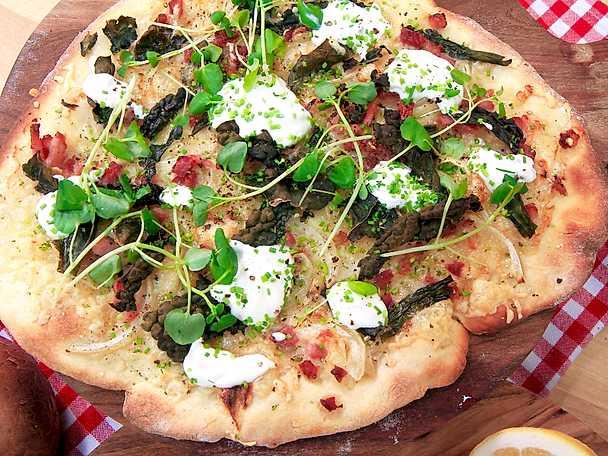 Vit pizza med rökt sidfläsk, gruyèreost och svartkål