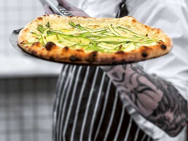 Vit pizza med sparris och parmesan