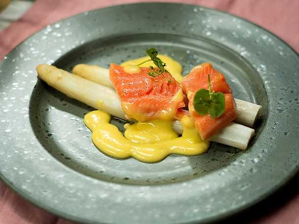 Vit sparris och lättrimmad röding med lime- och apelsinhollandaise