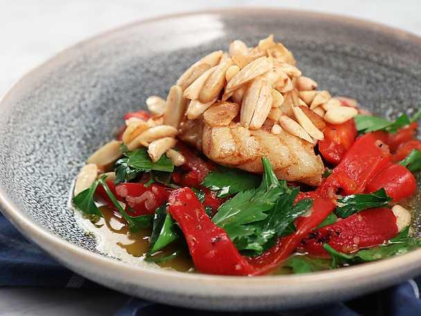 Vitlöks- och mandelstekt torsk med paprikasallad
