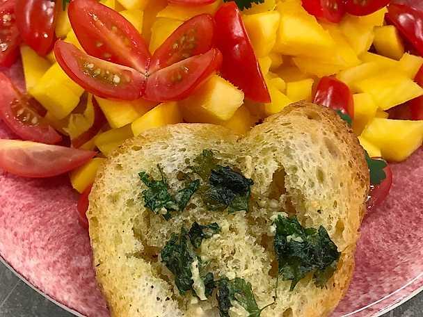 Vitlöksbröd med tomat och mango