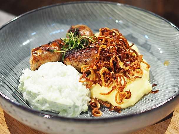 Vitlöksdoftande lammkorv med mandelpotatismos, tzatziki och friterad lök