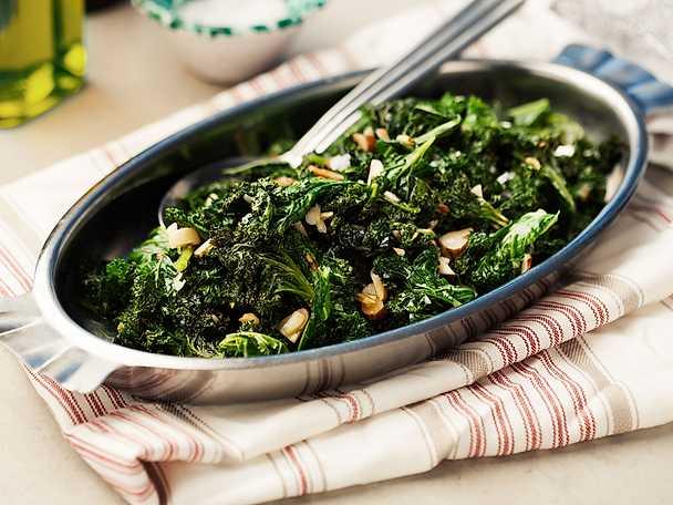 Vitlöksfräst grönkål med mandel