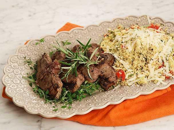 Vitlöksgrillade lammkotletter med örtkryddad couscous