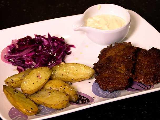 """Vitlöksmarinerad fläskfilé """"rackare i Tjeckien"""" med tartarsås och ugnsbakad potatis"""