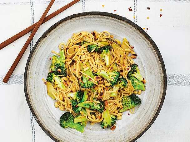 Vitlöksnudlar med brynt broccoli