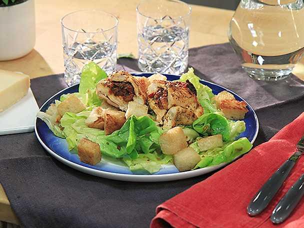 Vitlöksstekt kyckling med tomatpesto och sallad
