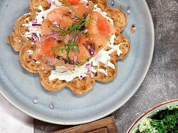 Vörtvåffla med gravad lax, pepparrotskräm, rödlök och kaviar