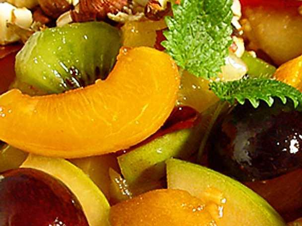 Wokad frukt med nötflingor