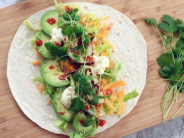 Wrap fylld med omelett, avokado, sriracha och majonnäs