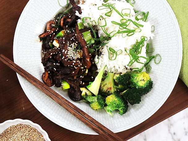 Yakiniku på svamp med ris och sesamstekt broccoli