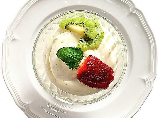 Yoghurtmousse med jordgubbar
