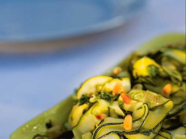 Zucchine arrostite con pinoli ed aromi freschi - Zucchini med örter och pinjenötter