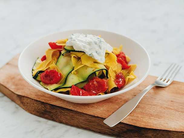 Zucchini- och tomatpasta med ricottakrämNY