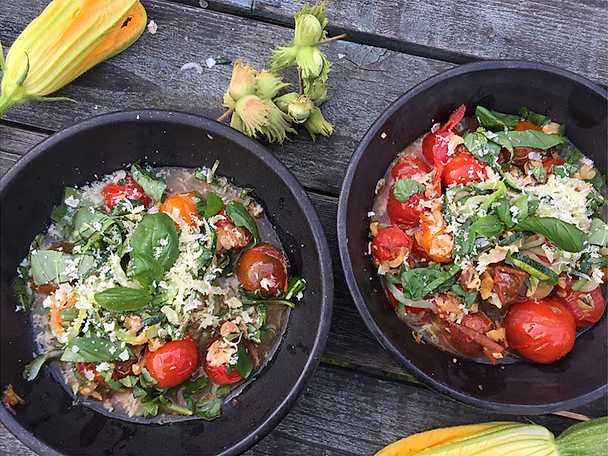 Zucchinispaghetti med tomater och hasselnötter