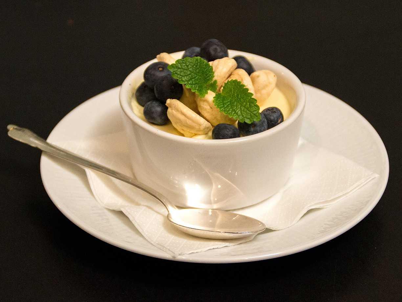 Fläderblomsparfait med lakritsmaränger och blåbär