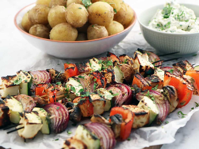 Grillade grönsaksspett med halloumi och fuskig bearnaisesås