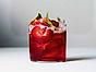 Drink med campari, jordgubbar och tonic