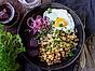 Senapsstuvad krögarpytt med stekt ägg och picklad lök